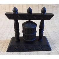 Moulin à prières en bois sculpté