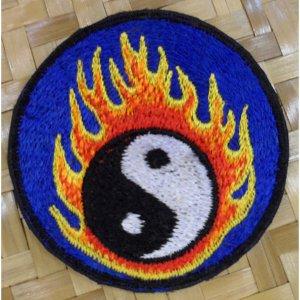 Patch yin yang flamme fond bleu