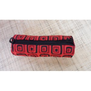 Trousse motif carré rouge