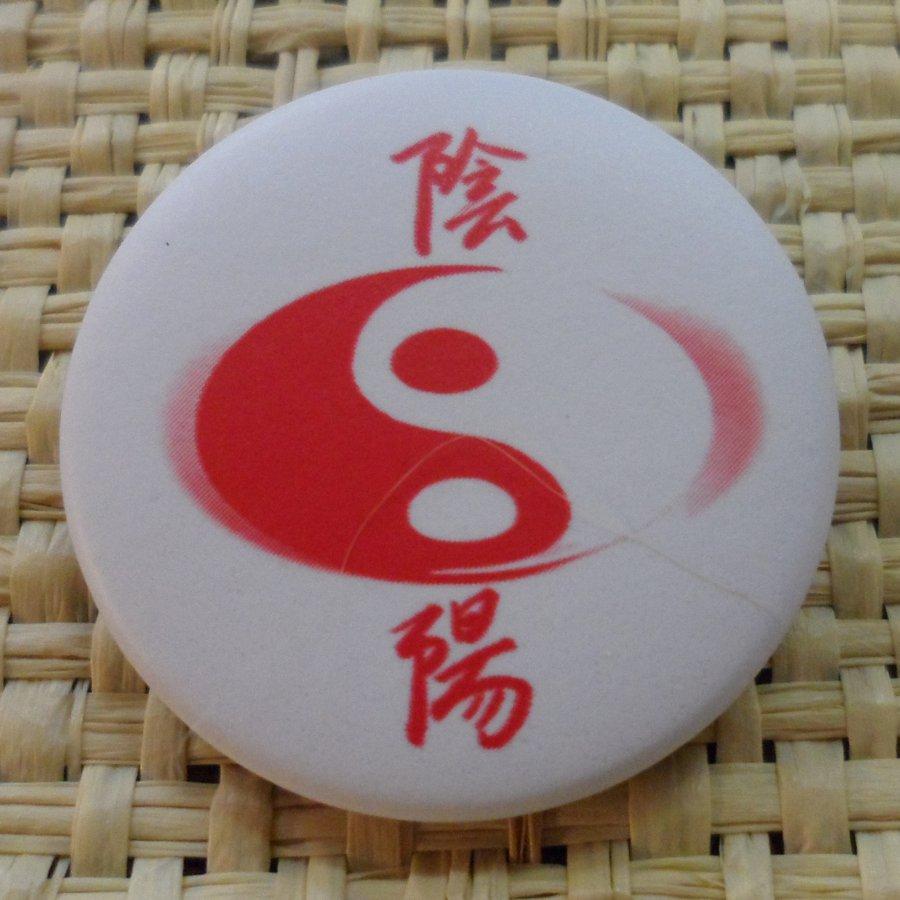 Badge Yin Yang ovale blanc