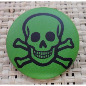 Badge tête de mort souriante verte