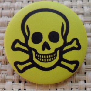Badge tête de mort souriante jaune