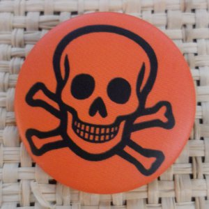 Badge tête de mort souriante orange