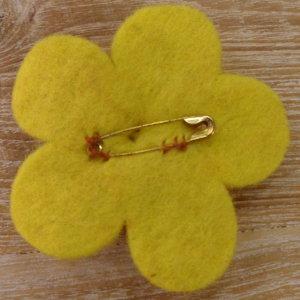 Broche fieltro bouton d'or