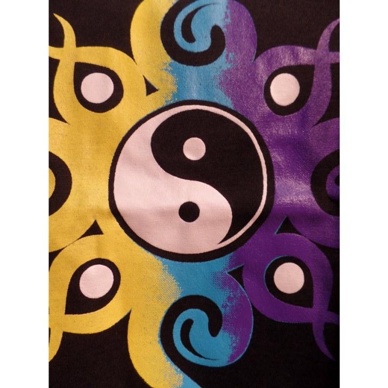 Débardeur noir yin yang volutes jaunes bleues mauves