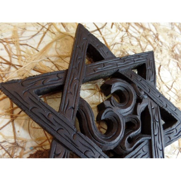 Om pentagramme en bois foncé