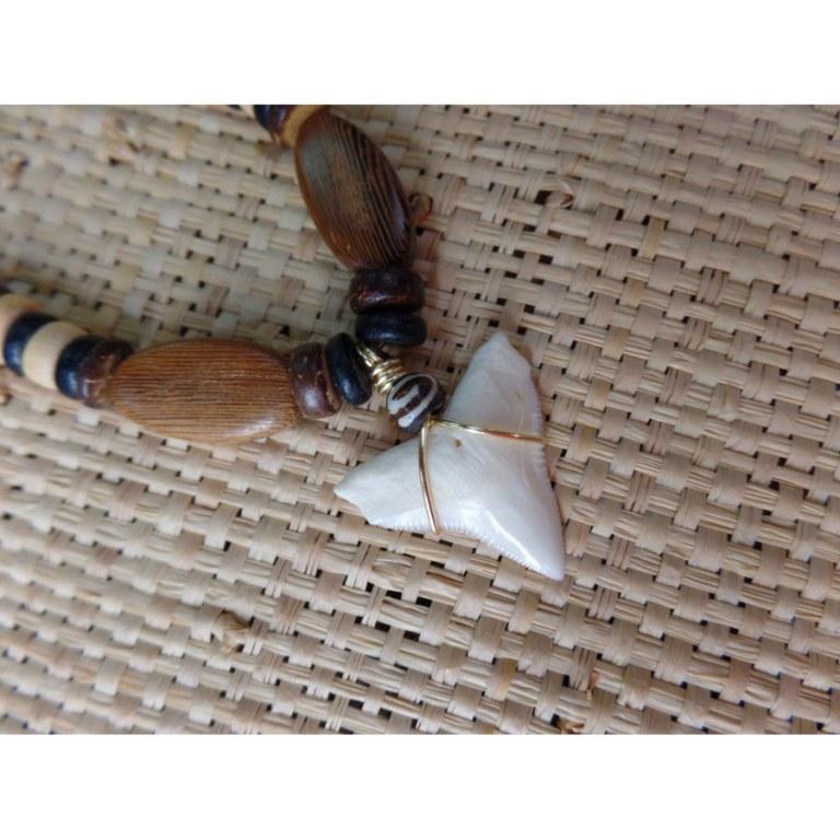 Collier Bahamas perles bois et dent de requin blanc