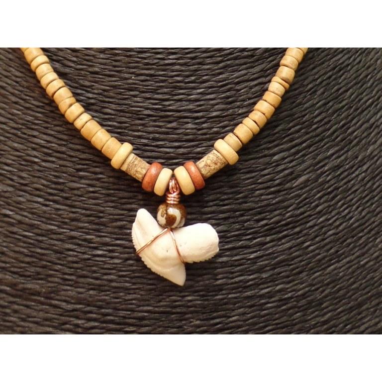 Collier Caraïbes perles claires et dent de requin tigre