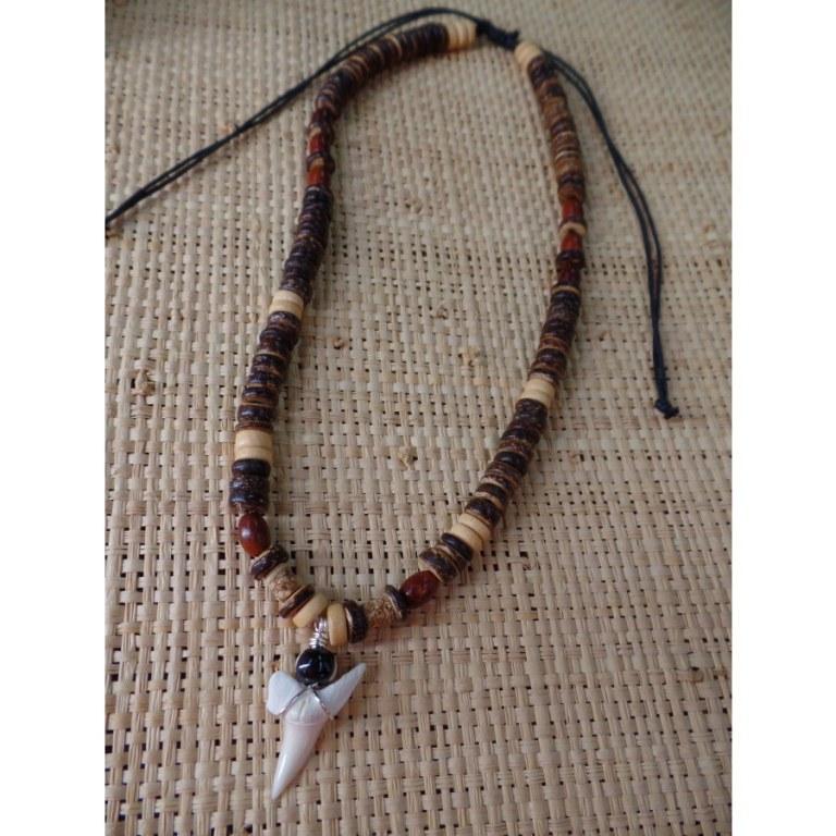 Collier Antilles perles bois et dent de requin mako 2