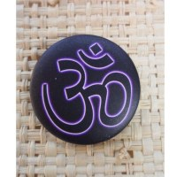 Badge Om sur fond noir 45