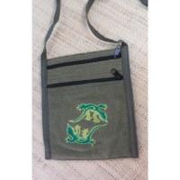 Sac brodé passeport kaki les salamandres