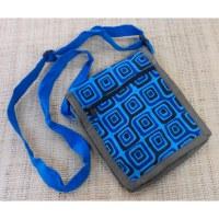 Sacoche bleue motifs carrés 7