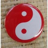Badge Yin Yang rouge fond rouge