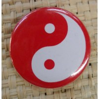 Badge Yin Yang rouge fond rouge