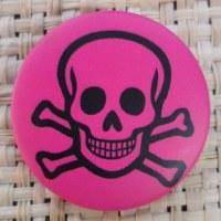 Badge tête de mort souriante rose