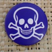 Badge tête de mort souriante bleue