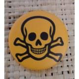 Badge tête de mort souriante jaune foncé