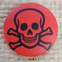 Badge tête de mort souriante rouge