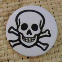 Badge tête de mort souriante white