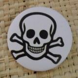Badge tête de mort souriante white
