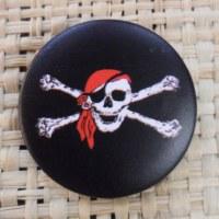 Badge tête de mort noir & blanc bandeau rouge