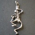 Pendentif squelette dansant