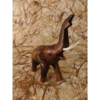 Bébé éléphant sculpté en bois
