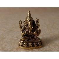 Ganesh assis sur un trône têtes de mort