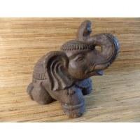 Eléphant agenouillé en pierre