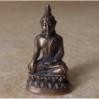 Bouddha gris prenant la terre à témoin