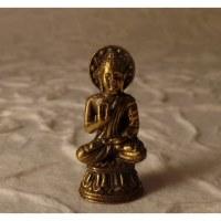 Pendentif Bouddha assis abhayamudrâ doré