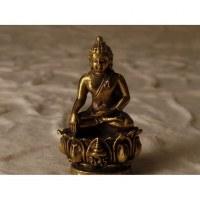Bouddha bhumisparsha doré sur trône de lotus