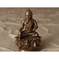 Bouddha bhumisparsha sur trône de lotus