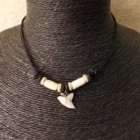 Tour de cou squale perles bâton blanches