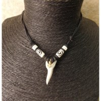Collier perles bâton dent de requin mako