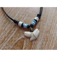 Collier perles en bois bleues/blanches medewi