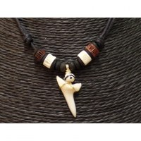 Collier Antilles perles os et dent de requin mako