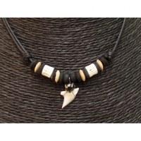 Collier Bahamas perles Aum et dent de requin blanc