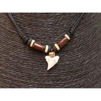 Collier Bahamas perles tonneau et dent de requin blanc