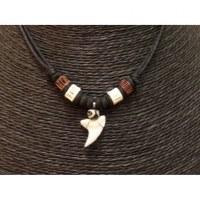 Collier Bahamas perles blanches/marron et dent de requin blanc