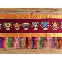 Bannière tibétaine Astamangala fond bordeaux