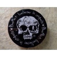 Petite boite ronde clic clac crâne
